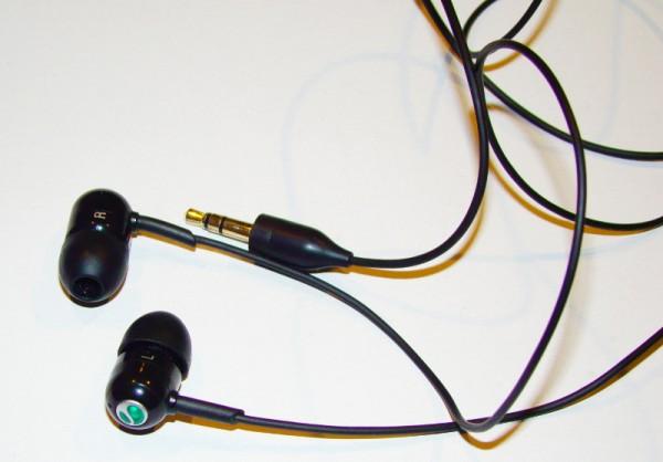 A hozzá való SE füles. Hangminősége az átlagnál jobb, de a Beats füles nyomába se ér