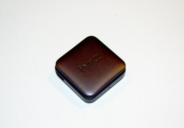 A hátoldali HTC logo, és a rettegett csiptető